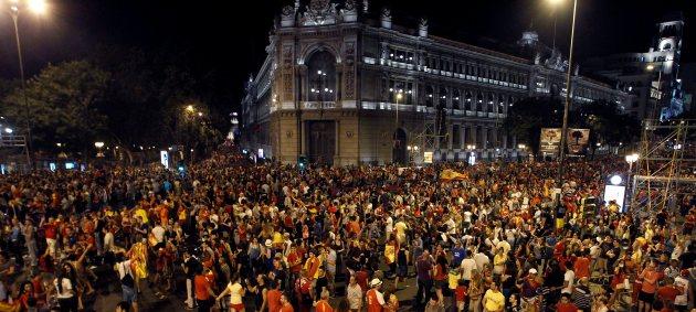 De noche, la Plaza Cibeles presentó este espectacular aspecto para la celebración